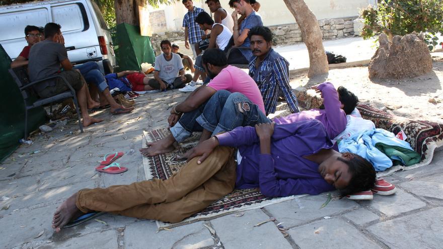 Algunos de los recién llegados duermen en parques de la isla a la espera de viajar a la capital griega/ Aitor Sáez.