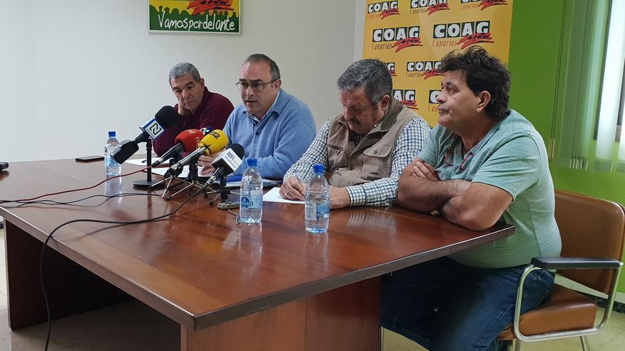 Rafael Hernández, presidente de COAG-Canarias (centro derecha), junto a otros portavoces agrícolas, en la rueda de prensa de este miércoles