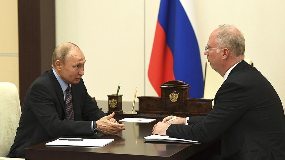 Kirill Dmitriev, jefe del fondo estatal ruso que financia la Sputnik V, junto al presidente Vladimir Putin