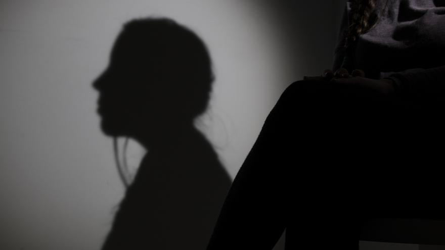 Una mujer evita mostrar su identidad.
