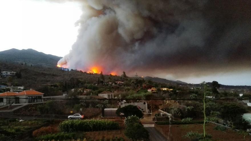 En incendio, esta mañana, en la zona de Tajuya. Foto: RAYCO