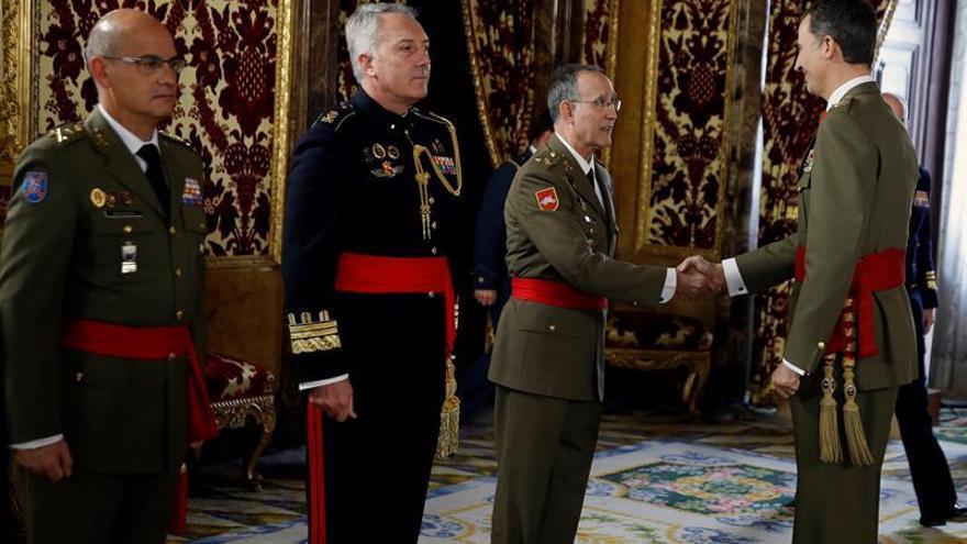 El Rey recibe en el Palacio Real a seis generales de división