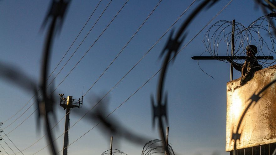 Militares estadounidenses instalan alambradas de púas para detener el paso de migrantes centroamericanos que se aproximan a la frontera norteamericana el sábado 10 de noviembre de 2018, vistos desde la colonia Libertad, Tijuana (México). Foto: EFE/Joebeth Terriquez