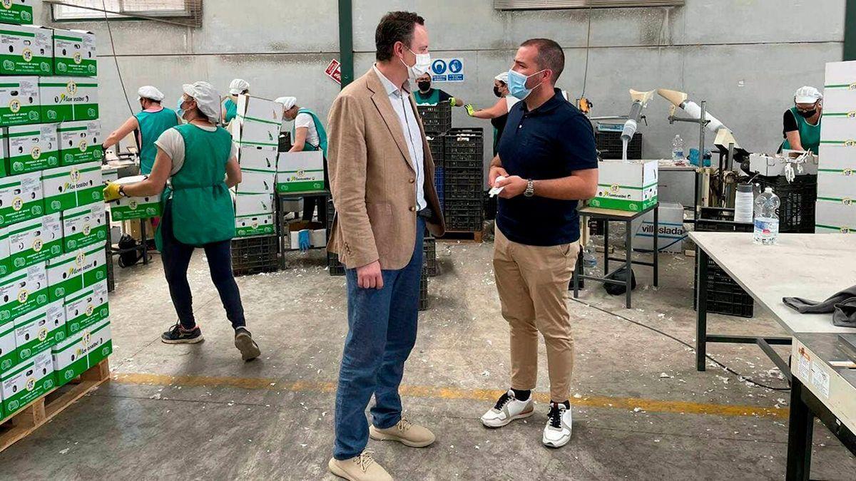 El delegado de Agricultura, Ganadería y Pesca de la Junta de Andalucía en Córdoba, Juan Ramón Pérez, visita una de las empresas de Montalbán.