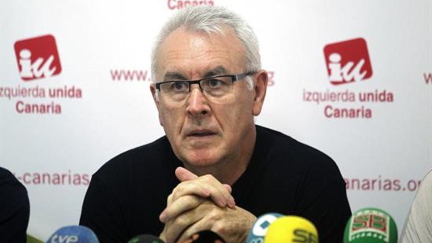 Cayo Lara durante la rueda de prensa de ayer en Tenerife. Efe.