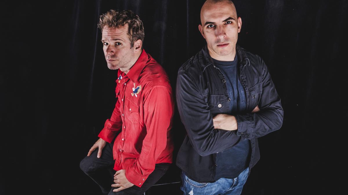 Los guitarristas Baltasar Comotto y Gaspar Benegas, integrantes de la banda formada por el Indio Solari.
