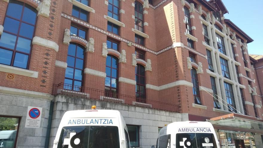 Archivo - Ambulancias ante un pabellón del Hospital de Basurto, en Bilbao