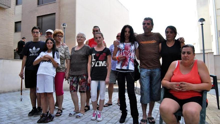 Foto de familia de los miembros de la 'Corrala Solidaridad' de Almendralejo
