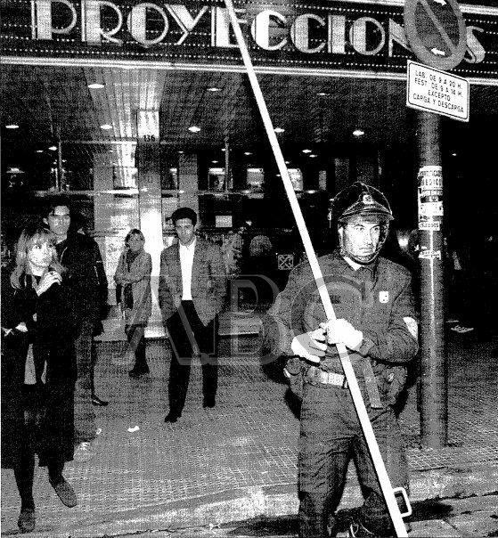 Un bombero en el Proyecciones, poco después del suceso de 1999 | ABC