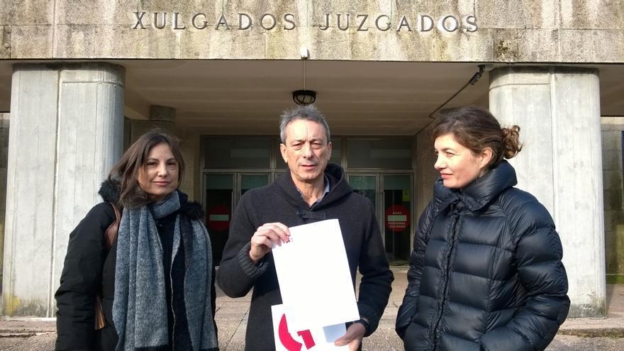Representantes de CIG-Ensino muestran la denuncia ante los juzgados de Santiago / CIG