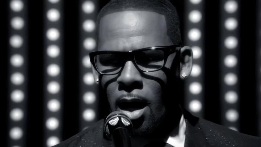En cantante en el videoclip de la canción 'When A Woman Loves'