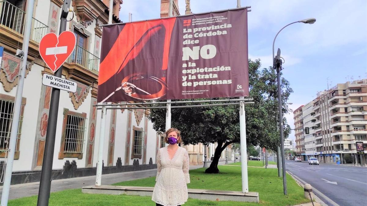 La delegada de Igualdad de la Diputación de Córdoba, Alba Doblas, frente a la lona contra la explotación y la trata de personas.