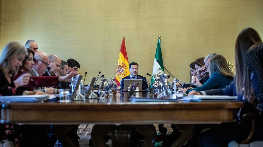El Gobierno andaluz aprueba 122 nombramientos para completar la estructura de sus once consejerías