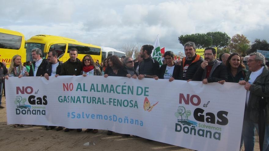"""Cientos de personas se manifiestan en El Rocío para evitar que """"metan a Doñana en una cámara de gas"""""""