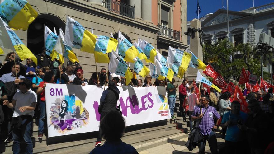 Concentración de los sindicatos en las puertas de la Subdelegación del Gobierno en Tenerife