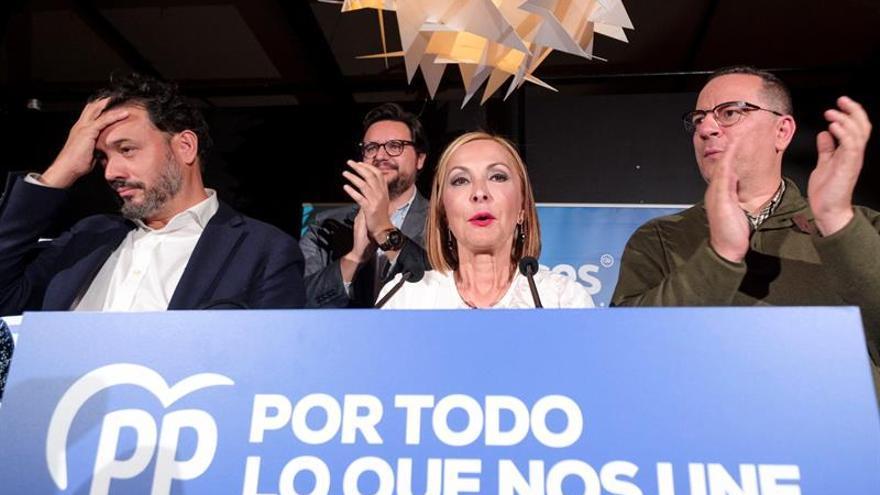 La presidenta del PP en Canarias, Australia Navarro; el candidato al Congreso por Las Palmas, Guillermo Mariscal (i); y el líder de la formación en Gran Canaria, Poli Suárez (d). EFE/Ángel Medina G.