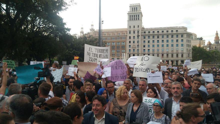 Manifestació de les entitats musulmanes a la plaça de Catalunya