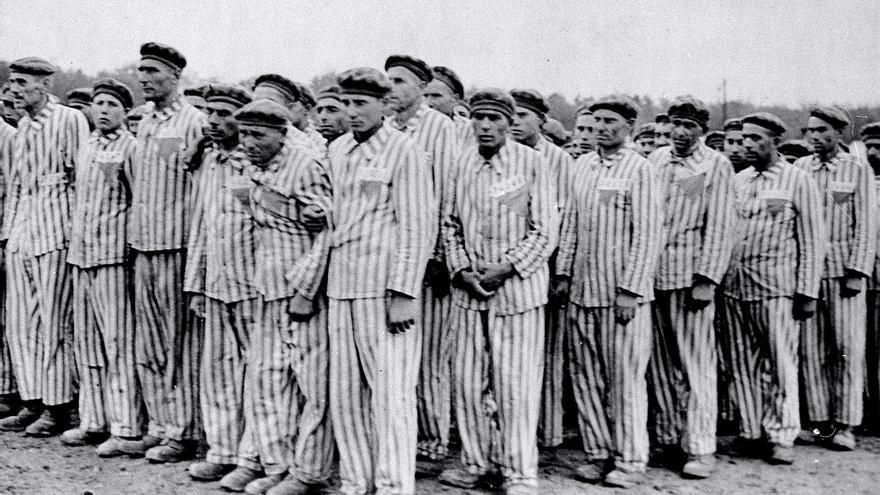 Prisioneros en el campo de concentración