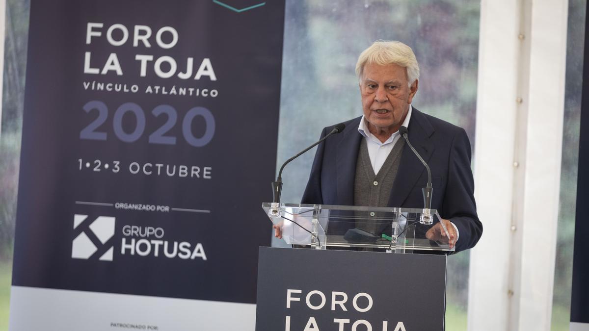 El expresidente del Gobierno, Felipe González, durante su intervención en la segunda jornada del Foro La Toja en la isla de A Toxa, Pontevedra.