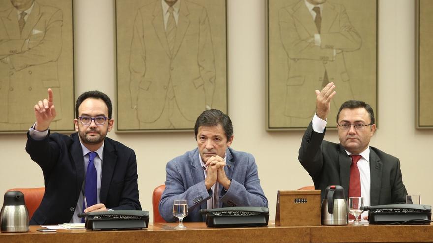 El portavoz del PSOE en el Congreso de los Diputados, Antonio Hernando (i), el presidente de la gestora del partido, Javier Fernández (c), y el secretario general del grupo parlamentario, Miguel Ángel Heredia(d).