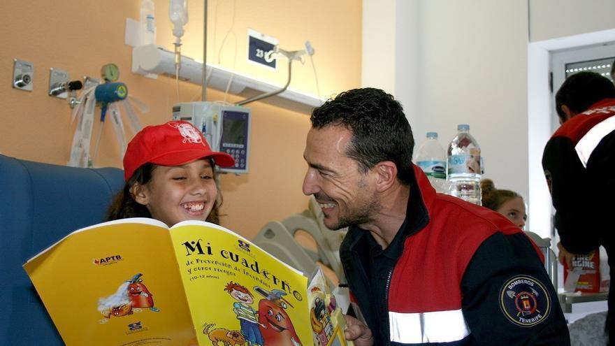 Una paciente, durante la visita de los bomberos al centro hospitalario