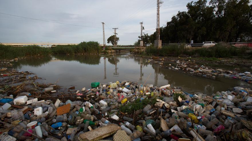 Acumulación de basura en la desembocadura del Segura al Mediterráneo / Greenpeace. P.Blázquez.