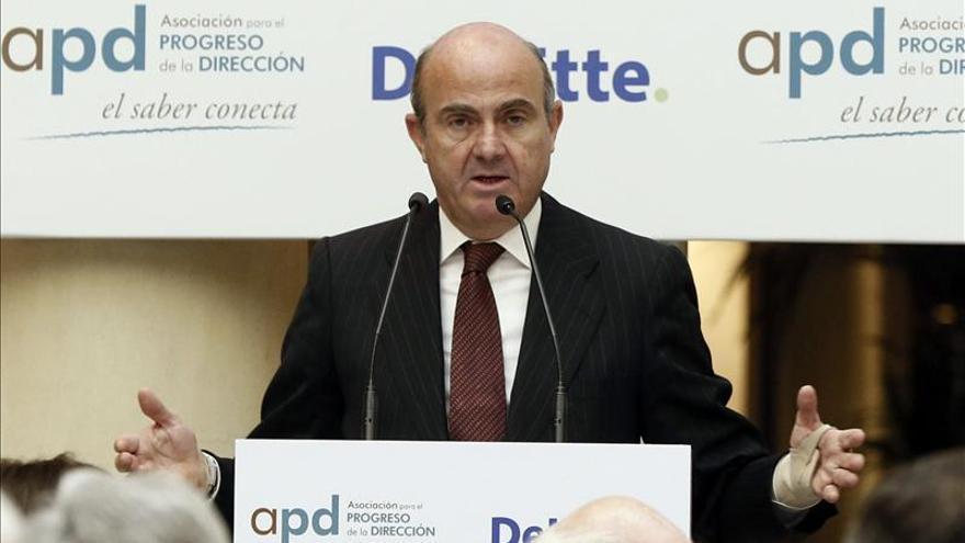 De Guindos confía en que Pedro Sánchez no quiera sacar a España del euro