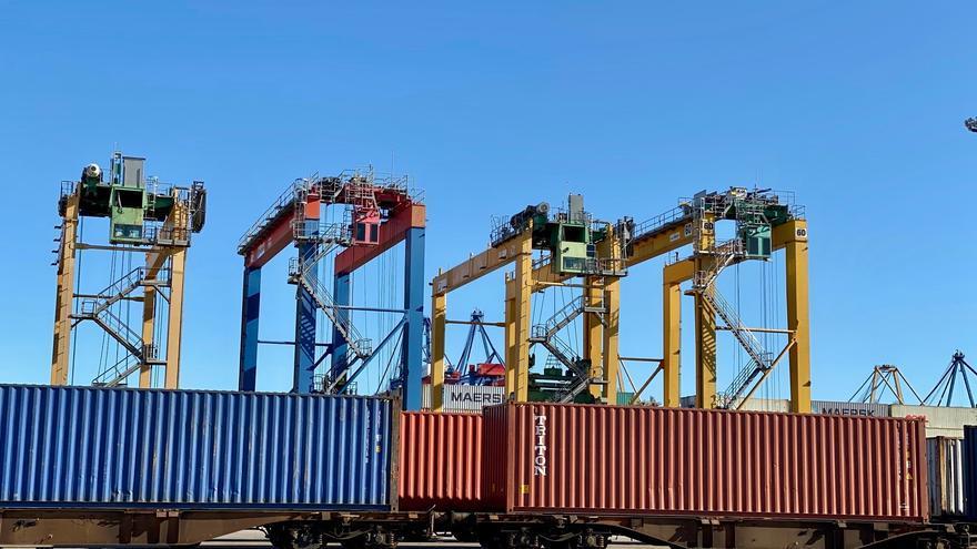 Tren cargado de contenedores en el puerto de València