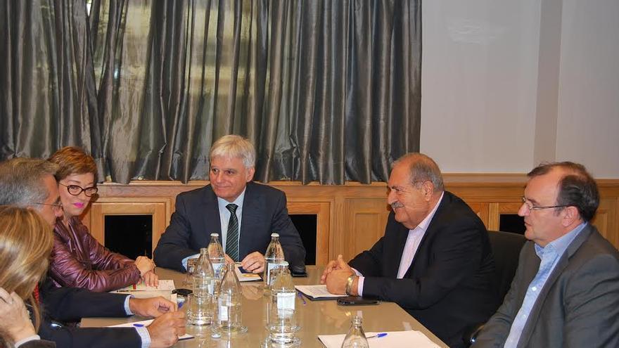 José Miguel Pérez, consejero de Educación del Gobierno de Canarias, se reúne con los empresarios de la construcción de Las Palmas.