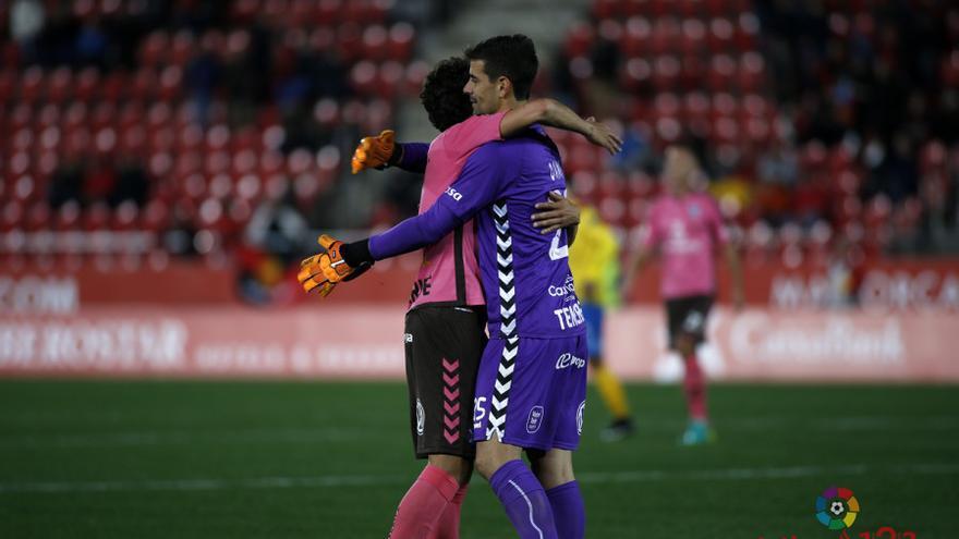 Los jugadores del CD Tenerife se abrazan tras la victoria conseguida en el Iberostar Estadio ante el Mallorca.