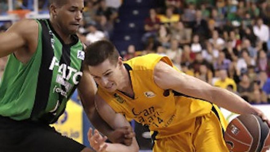 Nelson penetra ante la defensa de Baez. (ACB.COM)