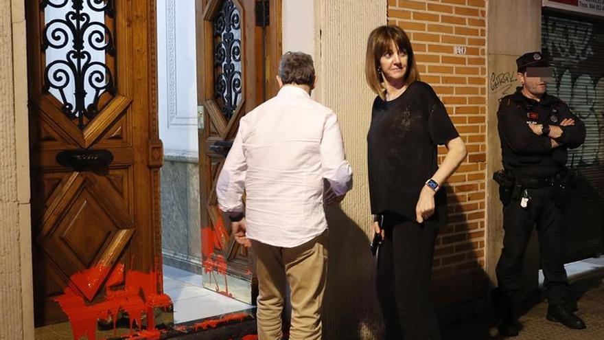 Atacan con pintura y octavillas a favor preso de ETA la vivienda de Idoia Mendia