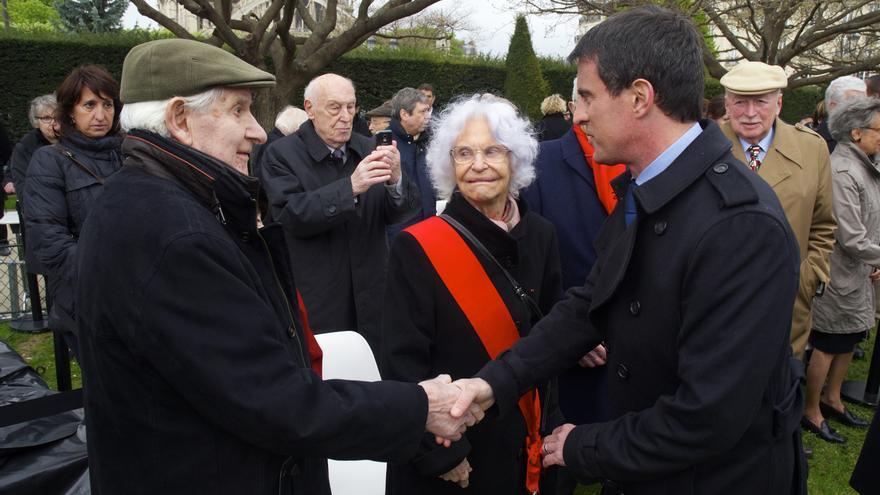 El primer ministro francés, Manuel Valls, saludaba este domingo al deportado de Mauthausen Ramiro Santisteban