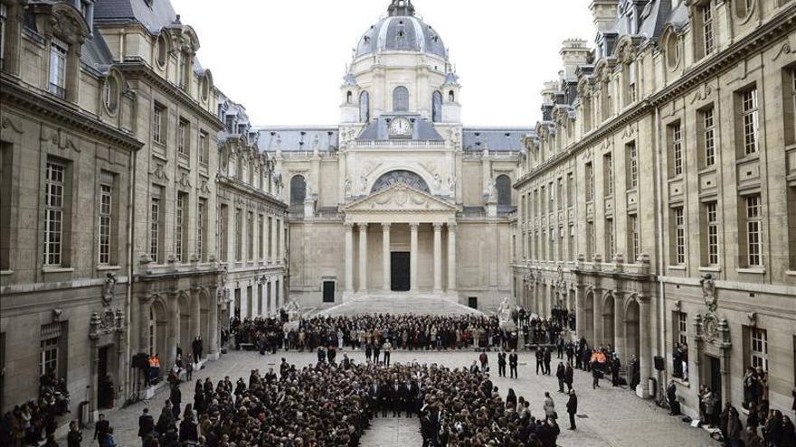 Francia calla su minuto más largo