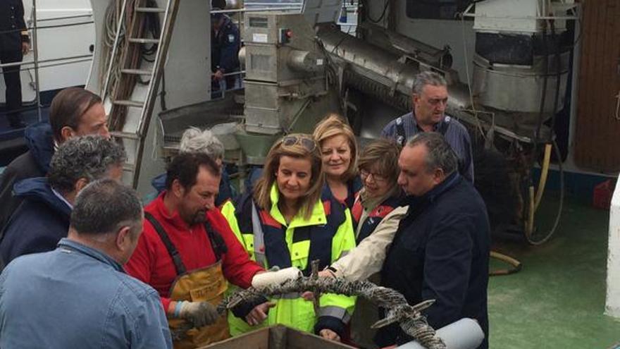 Báñez, este martes a bordo de un barco 'bateeiro' con dirigentes de la Xunta / Ministerio de Empleo