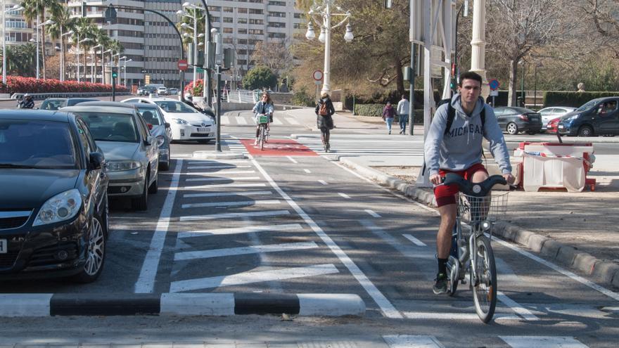 Un ciclista en el nuevo carril bici el puente de las Flores con la abenida de Suecia