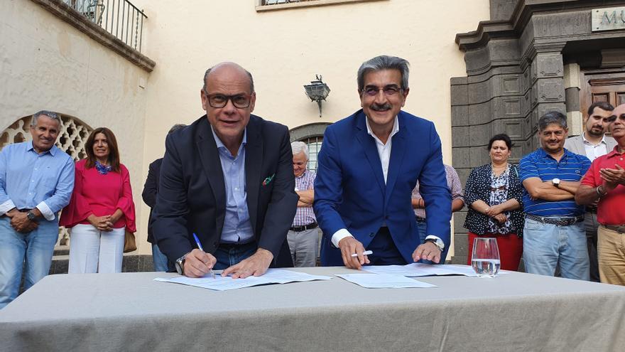 José Miguel Barragán y Román Rodríguez, en el momento de la firma del acuerdo entre CC y NC para las elecciones del 10N