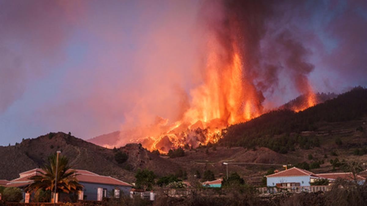 El nuevo volcán de La Palma, en erupción con viviendas alrededor