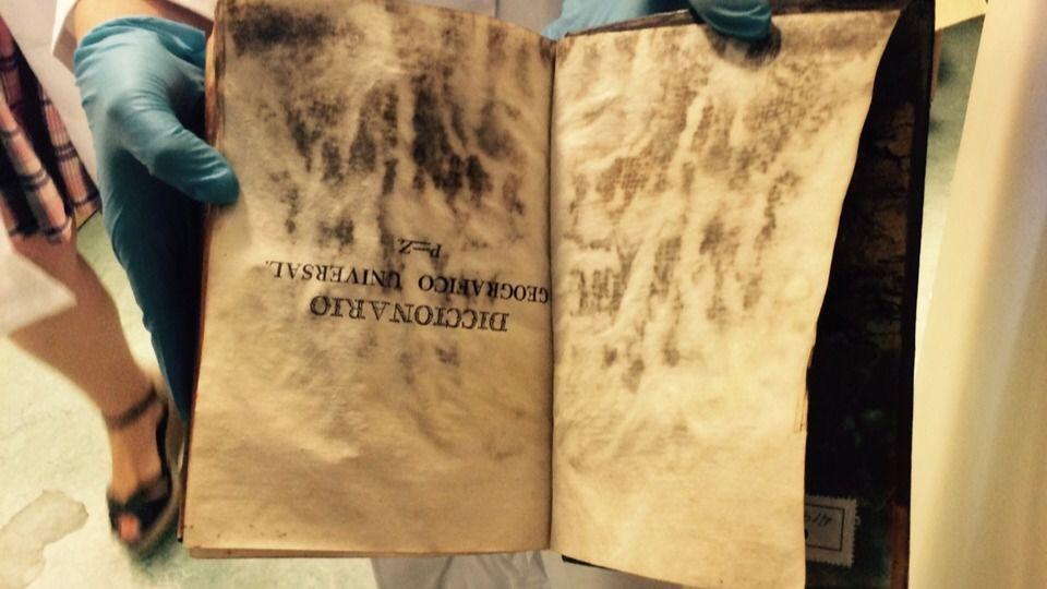 Un libro del Conde Duque, atacado por la humedad | MADRIDIARIO
