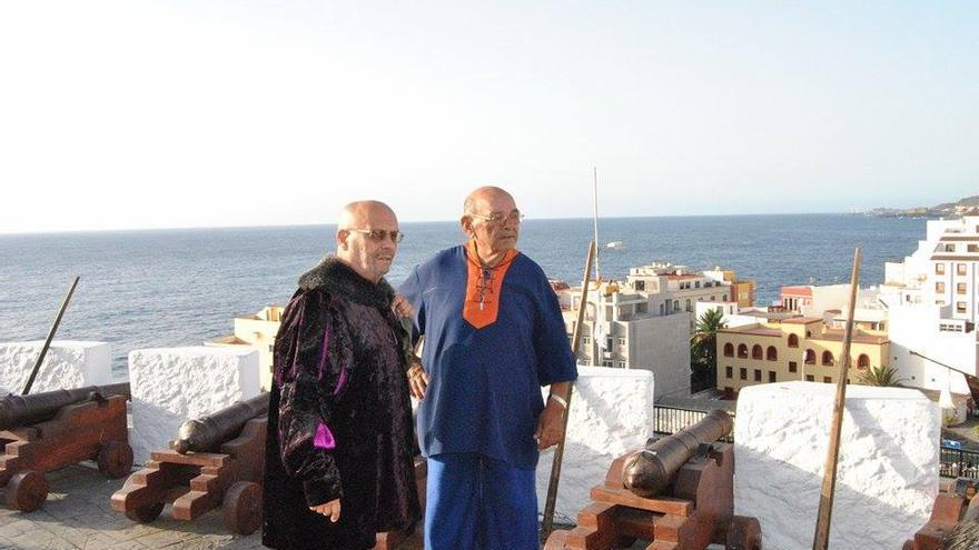 Manuel González (derecha) y Francisco Hernández en el Diálogo del Castillo y la Nave de la Bajada de 2010. Foto cedida por FRANCISCO RUBÉN LÓPEZ PÉREZ.