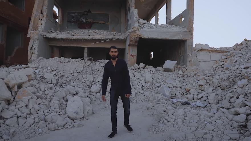 Captura del videoclip 'Contra todos los frentes' del rapero sirio Amir Almuarri