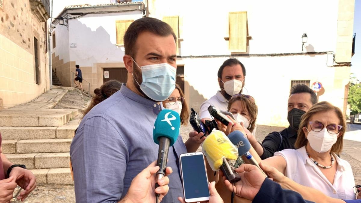 El alcalde de Cáceres, Luis Salaya, ha pedido responsabilidad a los jóvenes