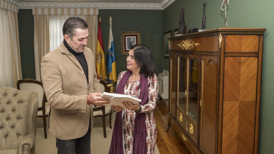 Entrega informe sobre Guanarteme a Carolina Darias