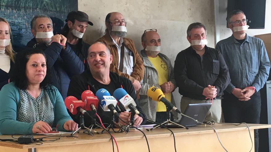 Los críticos de Podemos en Álava, en su protesta.