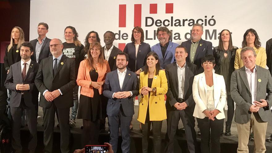 Representantes de los partidos firmantes de la declaración, este viernes en la Llotja de Mar de Barcelona