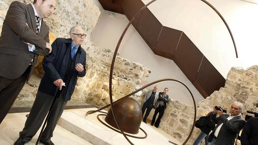 El escultor Martín Chirino acompañado por el alcalde de la ciudad, Juan José Cardona (i), durante la presentación hoy de las obras que conforman la colección permanente de su Fundación en el Castillo de la Luz de Las Palmas de Gran Canaria. EFE/Elvira Urquijo A.