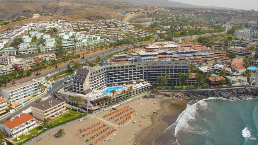 Vista aérea del hotel Dunas Don Gregory, en primera línea de la playa de Las Burras, del sur de Gran Canaria