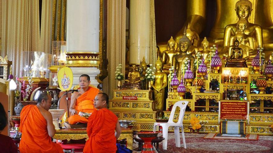 Monjes budistas en el interior de un templo tailandés. (Cedida a Canarias Ahora).