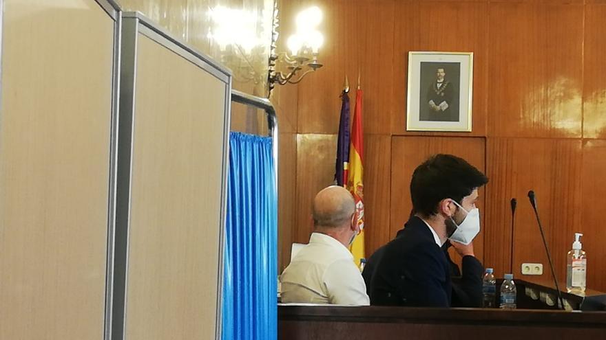 El acusado de homicidio por una agresión a un turista en Magaluf, sentado en la sala de vistas de la Audiencia Provincial, evitando mirar a las cámaras.