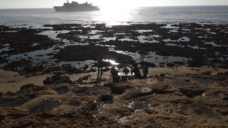 Vista del barco naufragado de Naviera Armas desde Tarfaya.